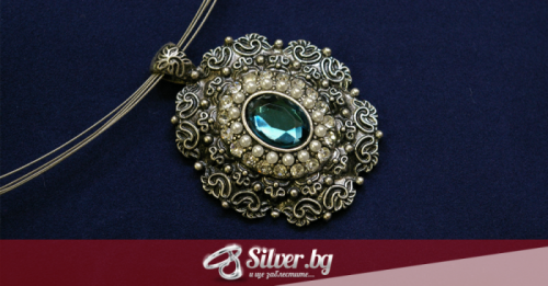 Как да изберем и носим сребърен медальон с камък
