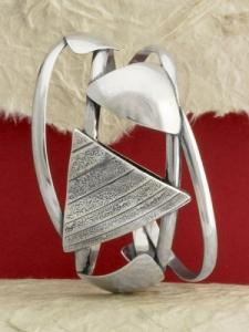 Твърда сребърна гривна с триъгълни елементи - SB7C