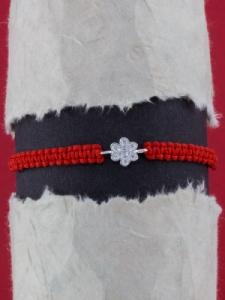 Гривна с червен конец и сребърно ЦВЕТЕ